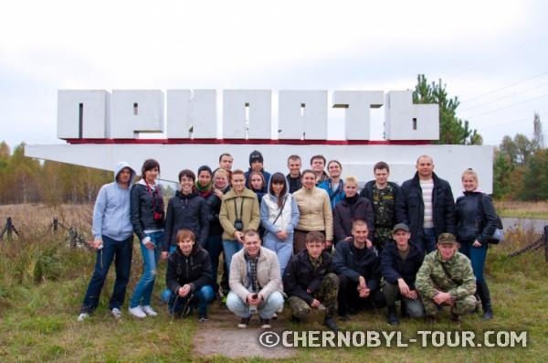 Групповое фото у стелы Припять